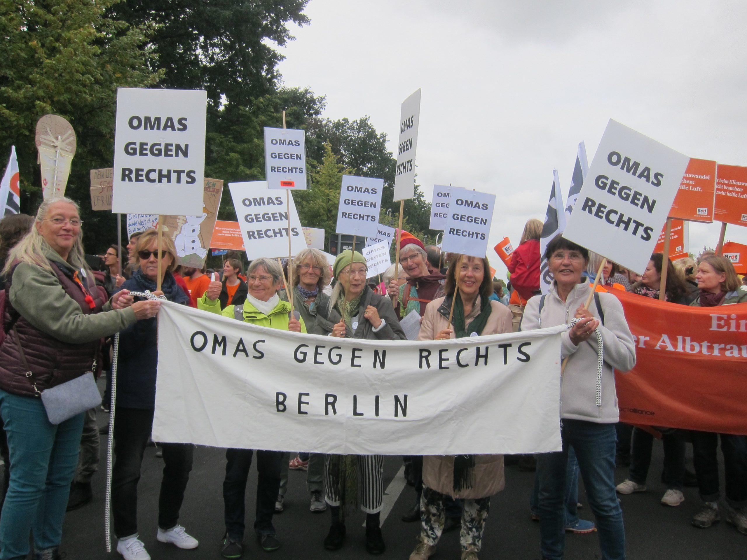 OMAs FfF mit Plakat Foto Gertrud Graf